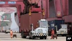 Suasana di Pelabuhan Ningbo, Tiongkok. Turunnya permintaan ekspor dari Tiongkok menyebabkan perlambatan ekonomi Asia. (Foto: Dok)