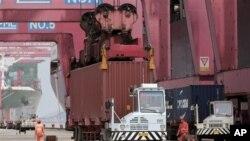 중국 닝보 항구의 화물선에서 내려지는 컨테이너 트럭.