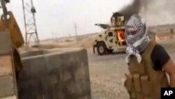 Imágen de un video rebelde que muestra un tanque iraqui quemado en Tikrit.