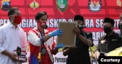 Dua pasangan kandidat di Pilkada Solo ( kiri ke kanan : Teguh Prakosa dan Gibran Rakabuming Raka memakai baju putih merah dengan pasangan Bagyo wahyono dan Supardjo berbaju hitam) deklarasi komitmen jaga protokol kesehatan selama tahapan Pilkada. (Foto: Courtesy)