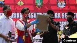 Dua pasangan kandidat Pilkada Solo (kiri ke kanan: Teguh Prakosa dan Gibran Rakabuming Raka memakai baju putih merah dengan pasangan Bagyo Wahyono dan Supardjo berbaju hitam) deklarasi komitmen jaga protokol kesehatan selama tahapan Pilkada, Kamis (10/9). (Foro: Humas Pemda Solo)