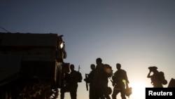 Tentara Israel siaga di dekat perbatasan Gaza (30/7). Hamas dilaporkan menangkap seorang tentara Israel Jumat (1/8).