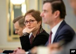 Dubes AS untuk Ukraina, Marie Yovanovitch, tengah, duduk dalam sebuah rapat dengan Presiden Ukraina, Petro Poroshenko (tidak tampak dalam gambar), di Kiev, Ukraina, Rabu, 6 Maret 2019