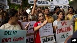 Mahasiswa India melakukan unjuk rasa untuk memrotes aksi perkosaan terhadap anak kecil di New Delhi, Minggu (18/10).