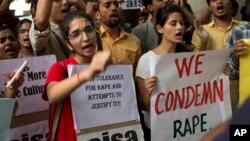 خواتین پر جنسی تشدد کے خلاف بھارت میں بڑے پیمانے پر مظاہرے بھی دیکھنے میں آچکے ہیں۔ (فائل فوٹو)