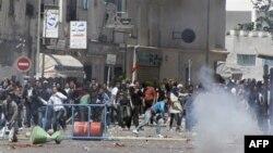 پليس تونس در مقابل تظاهرکنندگان از گاز اشک آور و باتون استفاده کرد