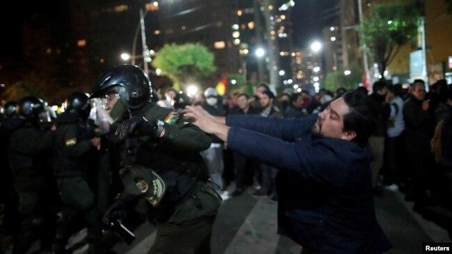 Un partidario del candidato Carlos Mesa choca con la policía en La Paz el 21 de octubre de 2019.
