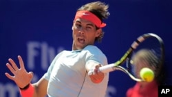 Rafael Nadal maju ke semifinal Barcelona Terbuka setelah harus bermain dua kali dalam sehari, Jumat (26/4).