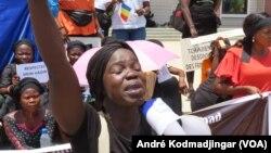 Plusieurs organisations de femmes demandent le départ de la gouverneure de Mandoul suite un accord de réparation civile signé entre les autorités administratives et traditionnelles, au Tchad, le 21 juin 2021. (VOA/André Kodmadjingar)