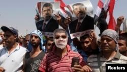 Ribuan pendukung Presiden Morsi berdemonstrasi di depan gedung di mana Morsi ditahan oleh pihak militer, Minggu (7/7).