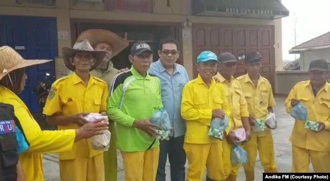 Faisal Laksamana dan kru Rau FM Padang Sidempuan membagikan nasi bungkus Jumat, 29 Maret 2019 pagi (courtesy: Rau FM)