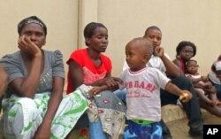 Família de Alves Kamulingue, incluindo a sua mãe, a esposa, Elisa, o filho de 2 anos, um primo e Tetê, esposa de Isaías Sebastião Cassule, raptado entretanto no Cazenga