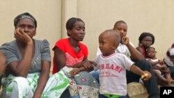 Família de Alves Kamulingue, incluindo a sua mãe, a esposa, Elisa, o filho de 2 anos, um primo e Tetê, esposa de Isaías Sebastião Cassule, raptado entretanto no Cazenga (VOA / A. Neto)