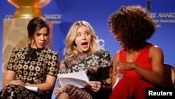 Les actrices America Ferrera, Chloe Grace Moretz et Angela Bassett (de gauche a droite)se préparent a annoncer les nommines pour la 73e ceremonie des Golden Globe a Beverly Hills, en Californie, le 10 December 2015.
