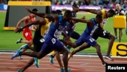L'Américain Justin Gatlin remporte la finale devant son compatriote Christian Coleman, deuxième, et le Jamaïcain Usain Bolt au 100 m messieurs des Championnats mondiaux d'athlétisme à Londres, Angleterre, 5 août 2017.