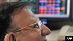 Một nhà môi giới chứng khoán Ấn Độ phản ứng khi nhìn vào chỉ số chứng khoán Sensex ở Mumbai, Ấn Độ, Thứ Hai 13/9/2010