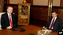 1 Kasım Genel Seçimleri'nde kesinleşmemiş sonuçlar itibarıyla yüzde 49.5 oranıyla 317 milletvekili çıkardığı açıklanan AKP, 45 gün içinde Cumhuriyet'in 63. Hükümeti'ni tek başına Ahmet Davutoğlu'nun başbakanlığında kurmaya hazırlanıyor.