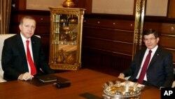 Turkey's President Recep Tayyip Erdogan (l) with Prime Minister Ahmet Davutoglu in Ankara, Aug. 25, 2015. (Presidential Press Service via AP, Pool)