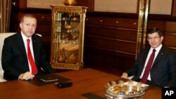 Turkey's President Recep Tayyip Erdogan (l) with Prime Minister Ahmet Davutoglu in Ankara, Aug. 25, 2015.