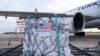 Bantuan vaksin COVID-19 dari AS melalui program COVAX tiba di bandara Kyiv, Ukraina (foto: dok).