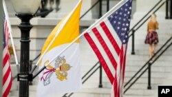 La bandera del Vaticano junto a banderas de Estados Unidos cerca de la Casa Blanca, en Washington.