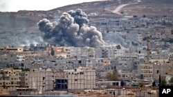 10月26日,敘利亞城市科巴尼遭聯軍實施空襲後翻起濃濃黑煙。