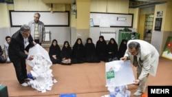 이란 선거관리 위원들이 개표하는 모습