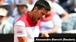 Novak Đoković slavi osvajanje poena u meču drugog kola na turnru u Rimu, prtotiv Gruzijca Nikolosa Bazilašvilija (Foto: Reuters/Alessandro Bianchi)