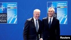 Generalni sekretar NATO Jens Stoltenberg dočekuje američkog predsjednika Joe Bidena tokom NATO samita u sjedištu Alijanse u Briselu, 14. juni 2021.