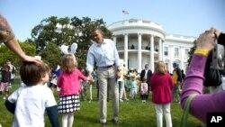 奥巴马总统复活节星期一在白宫南草坪上与孩子们握手
