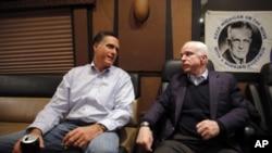 羅姆尼(左) 和麥凱恩(右) 在前往新罕普什爾州的競選巴士上傾談