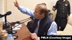نواز شریف اسلام آباد سے لاہور کے سفر کے دروان اپنے کنٹینر سے اپنے حامیوں سے خطاب کر رہے ہیں۔