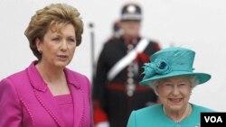 La presidenta de Irlanda, Mary McAleese, le dio la bienvenida a la Reina Isabel II.