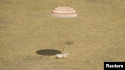 Kapsul Soyuz TMA-03M membawa tiga astronot ekspedisi 31 Stasiun Antariksa Internasional (ISS) Oleg Kononenko (Rusia), Don Pettit (AS) dan Andre Kuipers (Belanda) mendarat di daerah terpecil dekat kota Zhezkazgan (1/7).