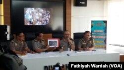 Kepala Divisi Humas Mabes Polri Irjen Setyo Wasisto saat jumpa pers di Mabes Polri, Jakarta, May 25, 2017. (VOA/Fathiyah)