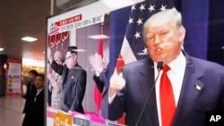 지난 10일 한국 서울역에 설치된 TV 뉴스 화면에 도널드 트럼프 미 대통령 당선인(오른쪽)과 김정은 북한 국무위원장의 사진이 나란히 나오고 있다.