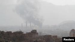 效忠也门前总统萨利赫的部队与胡塞武装在也门首都萨那发生激战,市内升起浓烟。 (2017年12月2日)