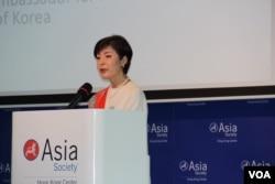 2018年5月9日韩国外交部公共外交大使朴银夏 (Enna Park)在亚洲协会(香港)发表演讲 (美国之音记者申华 拍摄)