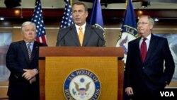 Ketua Partai Republik di DPR AS, John Boehner (tengah) didampingi rekannya memberikan keterangan kepada media setelah kemenangan partai Republik di DPR AS.