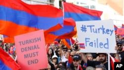 资料照片:亚美尼亚裔美国人在洛杉矶举行一年一度的游行,纪念被奥斯曼帝国屠杀的亚美尼亚人。(2019年4月24日)