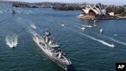Kapal-kapal perang Australia berlayar melewati Gedung Opera setibanya di Sydney (4/10). (AP/Rob Griffith)