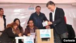 Santos insistió en la necesidad de que los colombianos participen en la jornada democrática pese a la lluvia que se presenta en algunas regiones del territorio nacional. [Foto: Presidencia de Colombia].