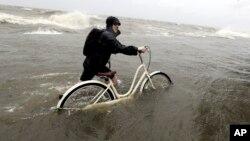Tajler Holang gura bicikl na jezeru Pončatrejn