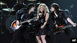 De izquierda a derecha, Neil Perry, Kimberly Perry and Reid Perry, del grupo The Band Perry.