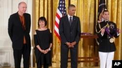 Tổng thống Barack Obama trao Huân chương Quốc gia về Nghệ thuật năm 2013 cho bà Billie Tsien và ông Tod Williams tại phòng Đông của Tòa Bạch Ốc ngày 28/7/2014.