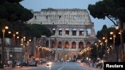 Koloseum kuno di Roma pada saat pertandingan final Euro 2012 antara Italia dan Spanyol awal bulan ini. (Foto: Reuters)