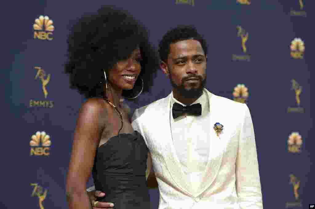 حواشی مراسم اهدای جوایز تلویزیونی اِمی و ورود مهمانان - «زوشا راکمو» (چپ) هنرپیشه به همراه کیت استنفیلد بازیگر آمریکایی