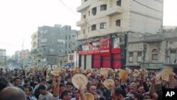 叙利亚港口城市巴尼亚斯的民众举行示威支持德拉的反政府抗议者