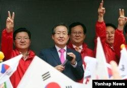 자유한국당 홍준표 대선후보가 제19대 대통령 선거를 하루 앞둔 8일 오후 대전에서 지지를 호소하고 있다.