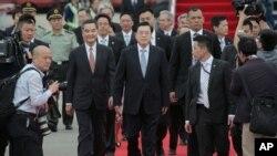 중국의 장더장 전국인민대표대회 상무위원장(가운데)이 17일 홍콩 공항에 도착했다.